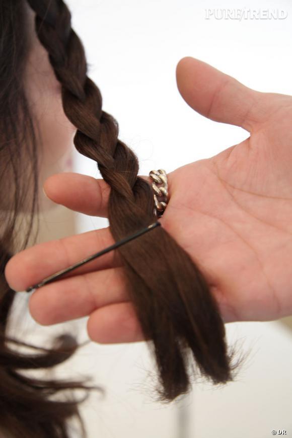 On maintient les pointes des nattes avec des pinces plates le temps de tresser l'ensemble des cheveux.
