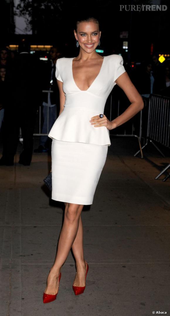 Irina Shayk rend la robe à basque 100 fois plus sexy.