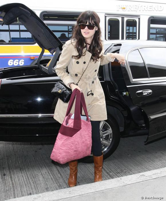 Zooey Deschanel complète son look à l'aide d'un mini it-bag Chanel.