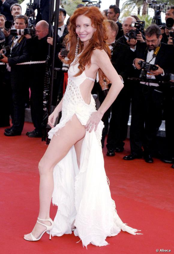 Phoebe Price porte en 2005 une robe très fendue. Pas assez pour la rousse semble-t-il, qui soulève un pan pour exhiber ses jambes