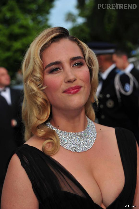 Vahina Giocante met en avant sa poitrine grâce à un décolleté généreux. On est pas loin d'un sein dévoilé lors du Festival de Cannes de 2011...