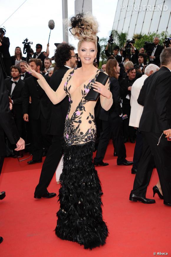 L'année dernière, Elena Lenina a arpenté le tapis rouge avec une robe faussement transparente... Mais à Cannes, il n'y a pas de demi-mesure !