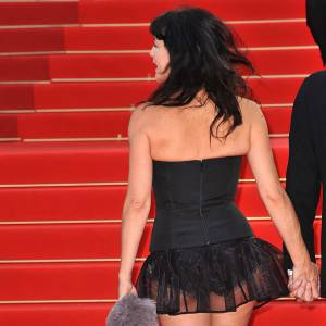 Lio est une spécialiste des tenues courtes sur tapis rouge. En 2009 elle dévoile une culotte noire à peine cachée par un jupon en tulle