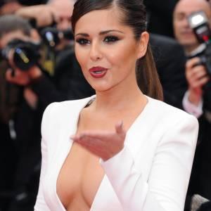 La chanteuse Cheryl Cole fait sensation au Festival de Cannes en 2011 avec une robe blanche au décolleté plongeant