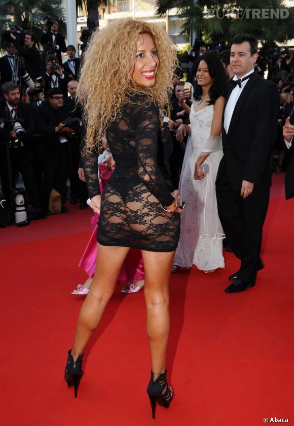 En 2010, Leslie, une candidate de Loft Story, ne cache pas grand chose dans sa robe en dentelle noire.