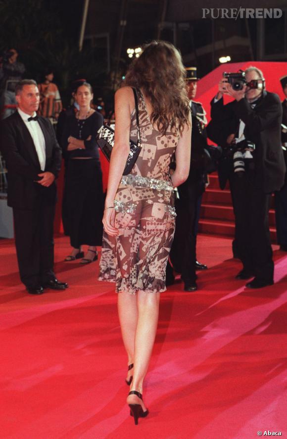 Peut-être est-ce Lou Doillon qui avait lancé la mode en 2001, avec une robe qui dévoilait son string