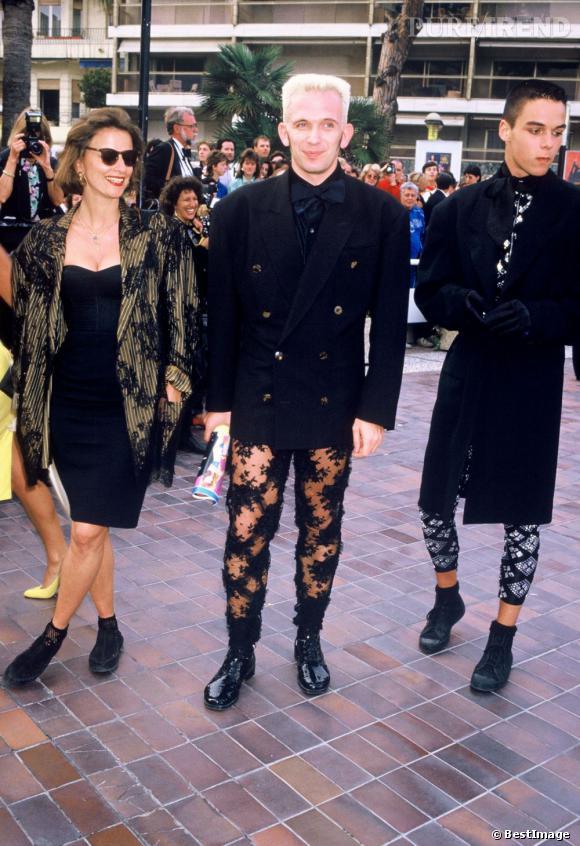 1986 : Jean-Paul Gaultier, cheveux blond décoloré fait fureur à Cannes pour le Festival. Il ose même le collant semi-transparent.