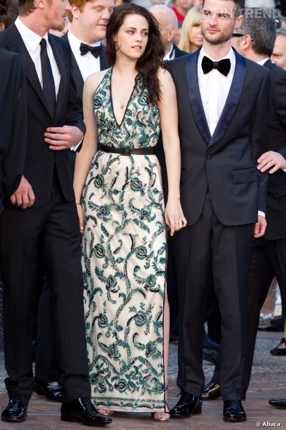 Kristen Stewart s'offre un véritable succès avec une robe rétro sophistiquée ivoire et émeraude Balenciaga.
