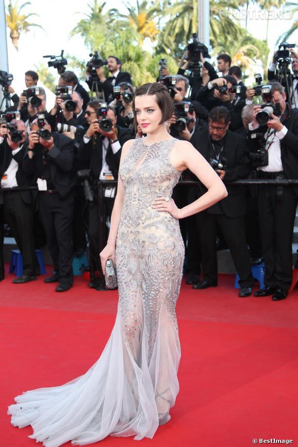 """Roxane Mesquida fait sensation lors de la première de """"Sur la Route"""" à Cannes. Elle choisit de briller dans une robe flirtant dangereusement avec la transparence signée Roberto Cavalli."""
