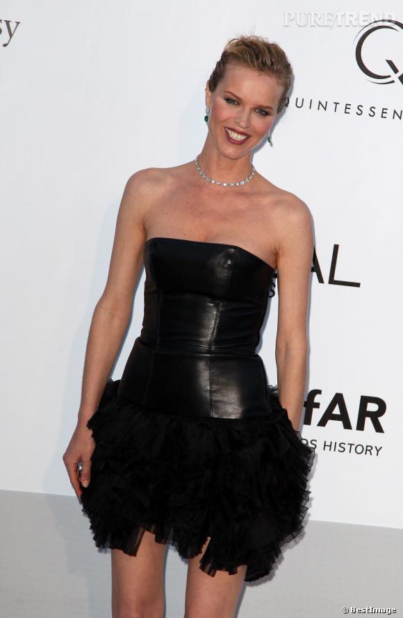 Eva Herzigova prend la pose dans une robe qui parait inachevée pour le gala de l'amfAR