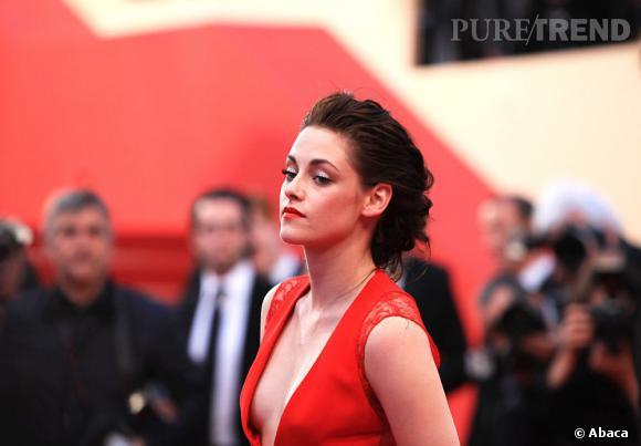 Avec son décolleté plongeant, la pièce permet à Kristen Stewart de faire l'unanimité.