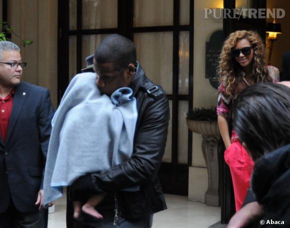 Blue Ivy dans les bras de Jay Z avec Beyonce derrière à Paris.