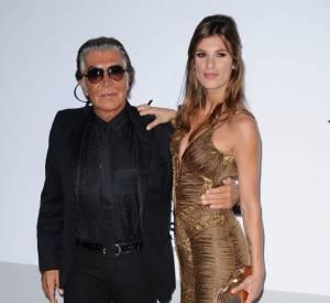 Elisabetta Canalis rend hommage au créateur dans une robe de sirène bronze.