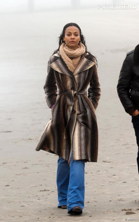 Zoe Saldana, chic et sobre pour une promenade sur la plage.