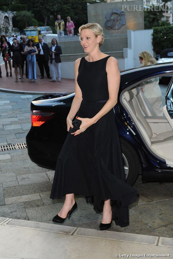 Robe longue noire, pochette noire et escarpins noirs: la princesse de Monaco reste dans le classique