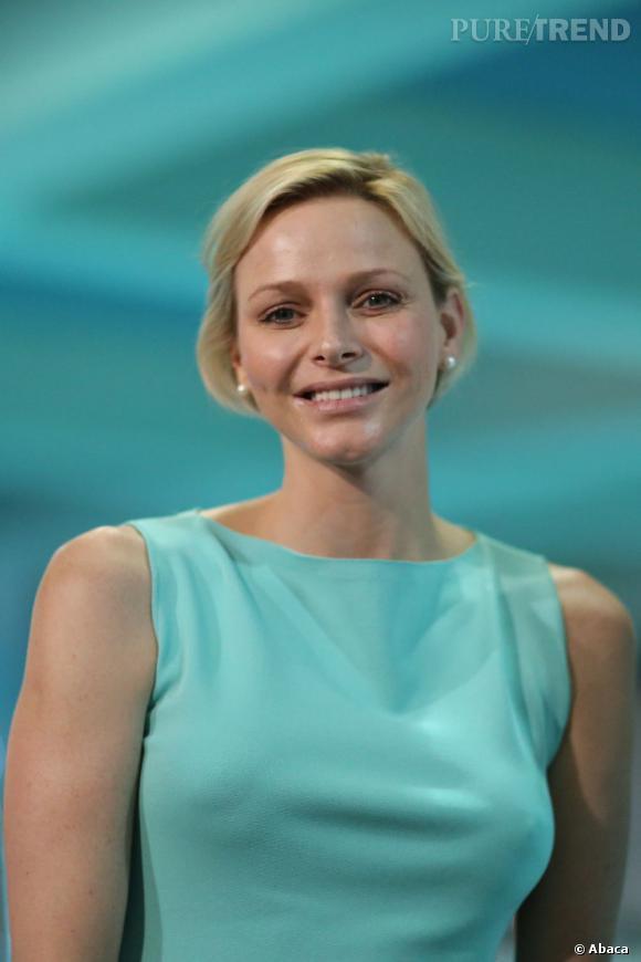 En harmonie totale avec la piscine, la Princesse de Monaco opte pour un look vert d'eau