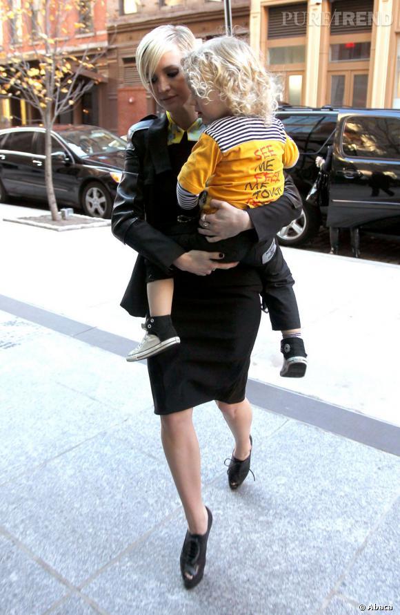 Ashlee Simpson n'a pas vraiment l'air rassurée. Le porter de bébé sur talons hauts ça l'effraye.