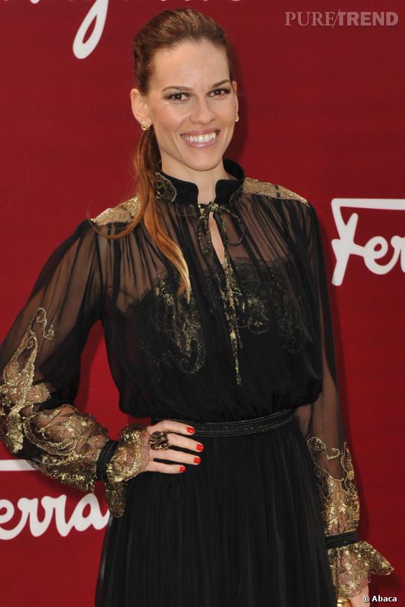 Hilary Swank porte une robe Salvatore Ferragamo, aux manches et buste transparent.
