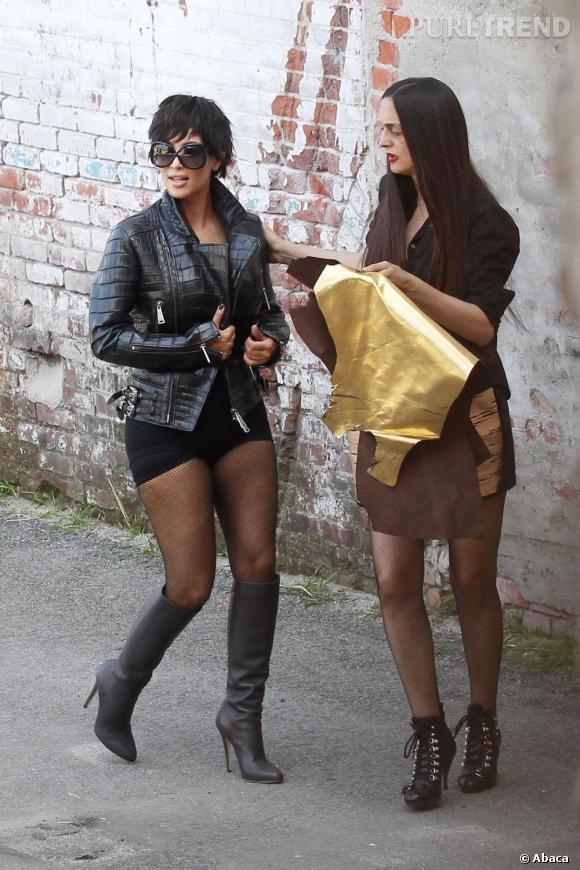 68968772e6d39b Kim Kardashian lors du shooting. Perruque courte et maxi lunettes de soleil,  il y