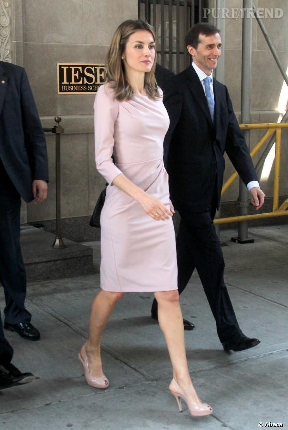 Avec sa robe elle met en valeur sa silhouette tandis qu'elle prend de la hauteur sur des peep-toe coordonnées.