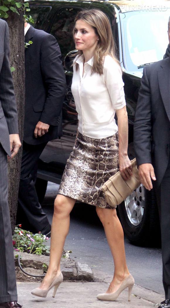 Pour sa première tenue de la journée Letizia Ortiz choisit un ensemble chic avec un cardigan et un chemisier mais avec une petit twist apporté par l'imprimé python de sa jupe.