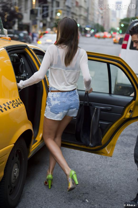 Vu le temps maussade, Miranda Kerr et Orlando Bloom préfèrent finir leur promenade en taxi.