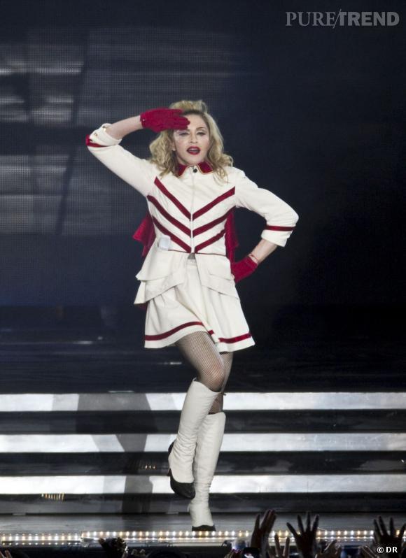Sur scène pour le MDNA Tour, Madonna pare sa bouche de la teinte exclusive #8 Aqua Rouge de Make Up For Ever.