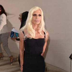Donatella Versace assiste elle aussi au défilé Dior.