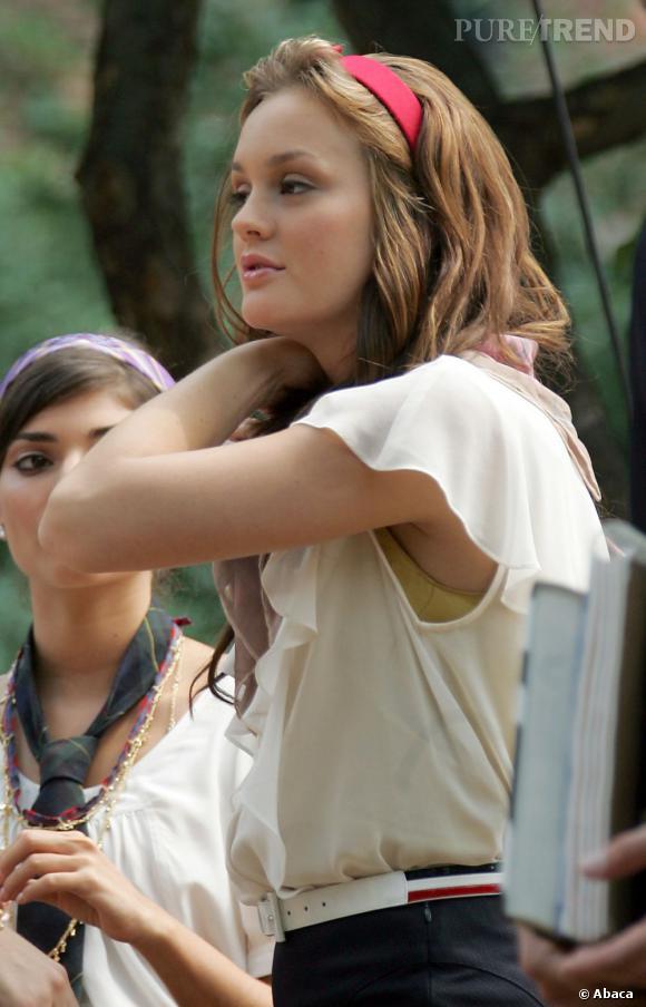 Leighton Meester joue le rôle de Blair Waldorf dans la série Gossip Girl. Son serre-tête rouge bon chic bon genre est devenu culte.