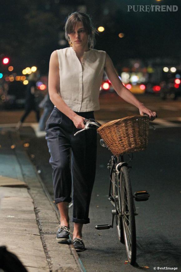 Pantalon cargo et chaussures bateau : Keira Knigthley ressemble à un petit marin à vélo
