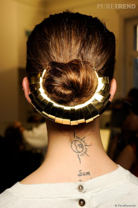Le golden chignon du défilé Yves Saint Laurent Printemps Été 2012.