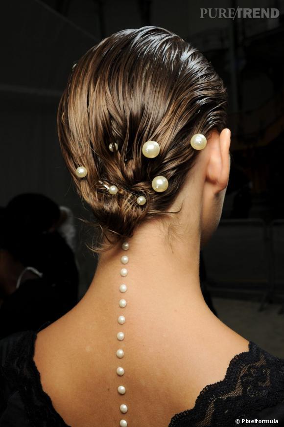 Le chignon perlé du défilé Chanel Printemps Été 2012.