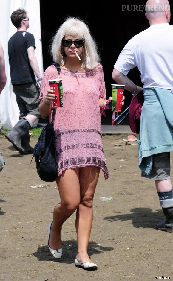 """Le flop """"look de festival"""" :  perruque en vrac et robe chinée à Goa, Lily Allen a tout de la festivalière qui a trop bu, dommage."""