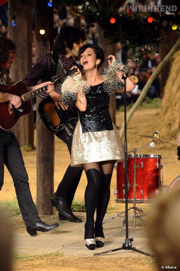 """Le top """"look de scène"""" :  en concert durant le défilé Chanel Printemps-Été 2010, la brunette fait honneur à Karl."""