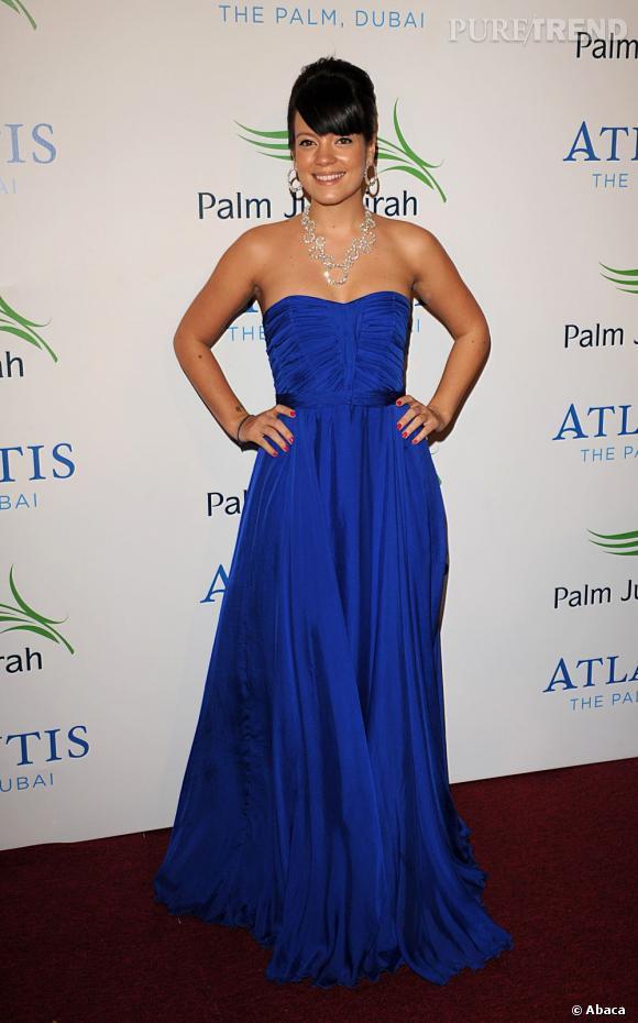 """Le top """"robe de bal"""" :  du bleu électrique, du plissé et un joli décolleté, la chanteuse a fait du chemin."""