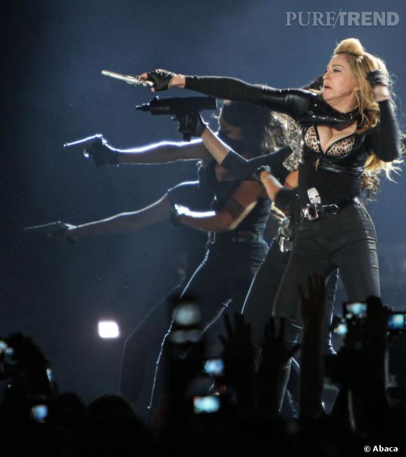Madonna, armée d'un revolver, fait mine de tirer dans la foule