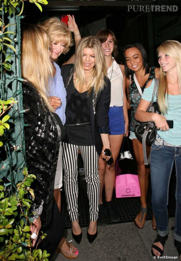 Fergie prend la pose avec ses fans à la sortie du Mr Chow de Beverly Hills le 13 juillet dernier.