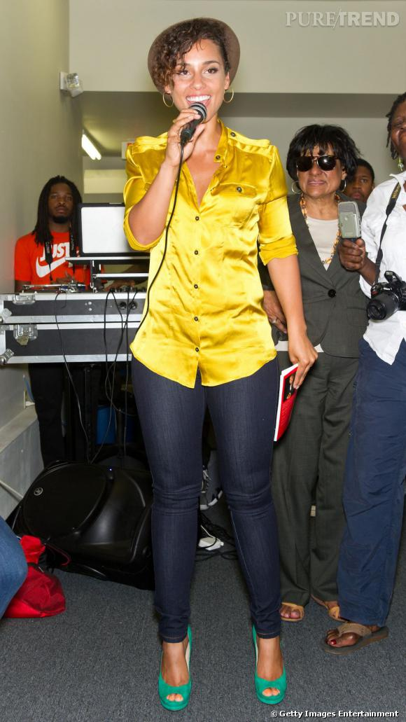 Alicia Keys mise sur la mauvaise tenue avec un jean trop petit pour elle et une blouse satinée moutarde.