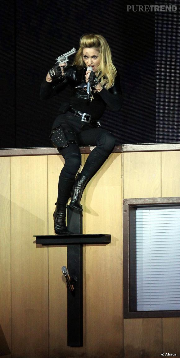 Madonna et son pistolet au concert MDNA à Londres.