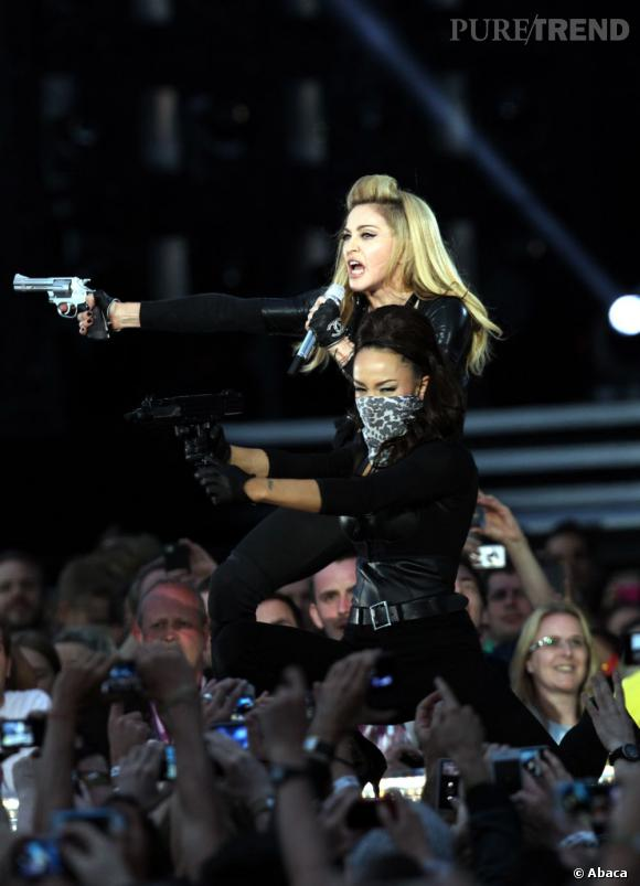 Madonna, toujours plus provoc vient armée sur scène.