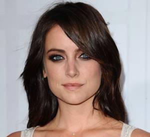 Jessica Stroup opte pour un modèle de ras de cou subtil avec un solitaire.