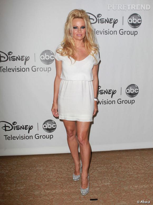 Si la petite robe blanche fait son effet, difficile d'en dire autant de sa mise en beauté.