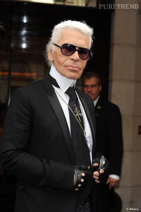 On reconnait Karl Lagerfeld à son catogan blanchi et ses lunettes de soleil.