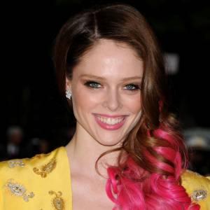 Les pointes roses nous font envie, mais sur Coco Rocha, le résultat n'est pas du tout harmonieux. Cela ressemble aux fausses mèches que l'on se fixait étant jeunes. Un echec pour la top qui doit pourtant être entourée des meilleurs hairdesigners.