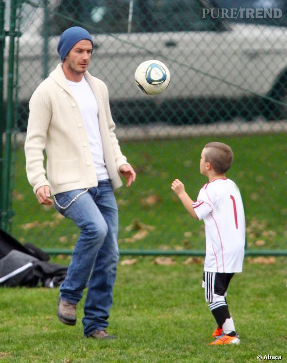 Qui ?  Cruz Beckham, fils de David et Victoria.   Catégorie ?  Football voyons, comme papa.