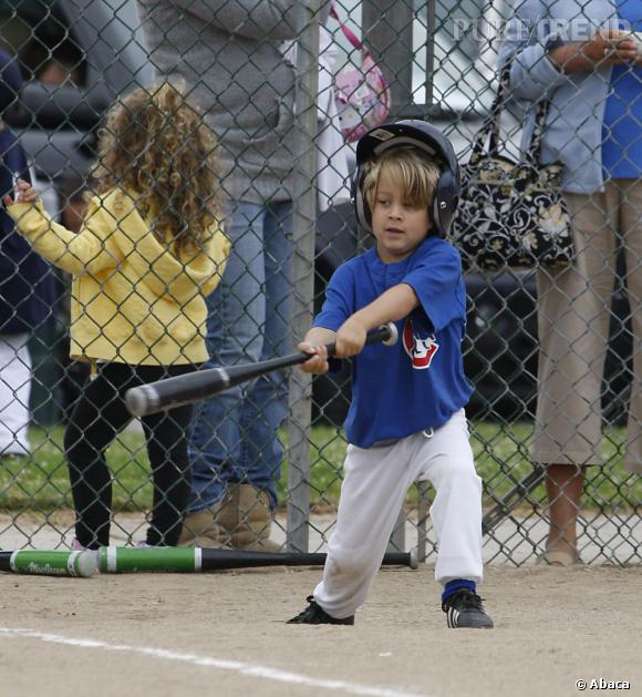 Qui ?  Deacon, le fils de Reese Witherspoon.    Catégorie ?  Baseball, et le petiot a l'air bien sûr de lui !