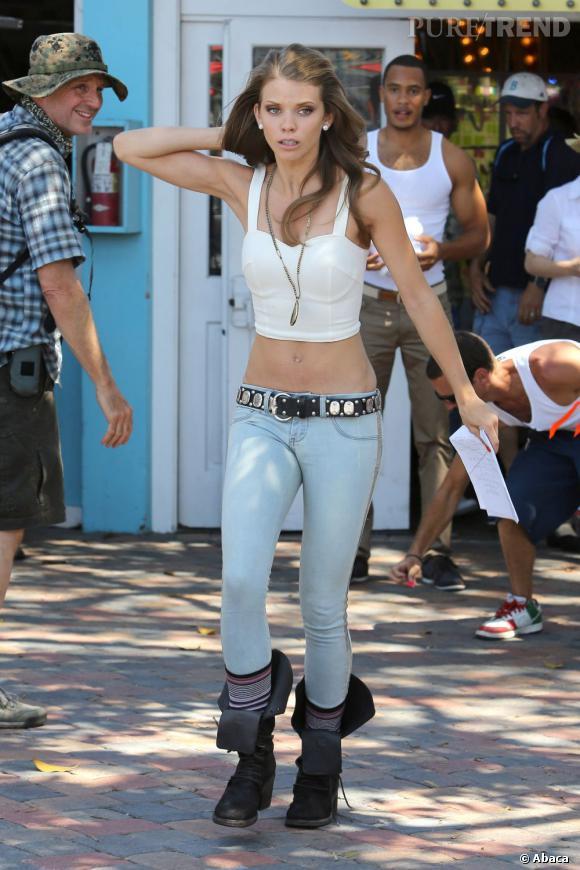 Même brassière mais changement radical de style avec un jean bleu pastel et des bottes. Miley Cyrus ??