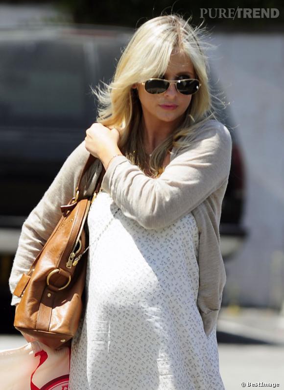 Sarah Michelle Gellar brushe légèrement sa crinière blonde pour mettre en valeur son dégradé.