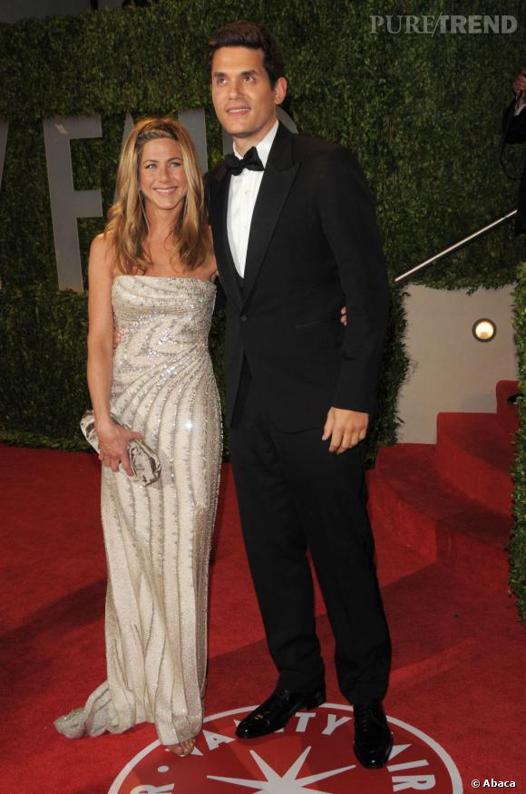 De 2008 à 2009 : John Mayer s'affiche avec Jennifer Aniston. Une relation en dents de scie et quelques méchants tweets de la part de John qui finiront par lasser Jennifer.