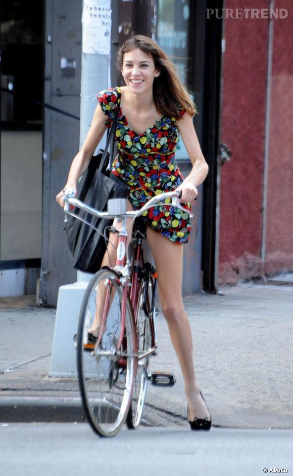Alexa Chung, le style même à vélo.